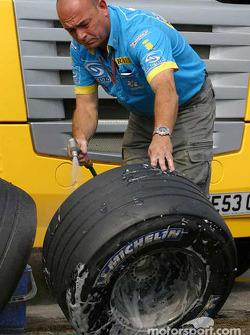 Un mécanicien Renault F1 nettoie les roues
