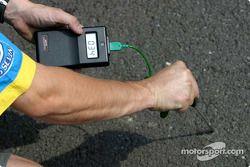 Механик команды Renault F1 team измеряет температуру асфальта