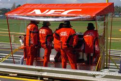 Le box style F1 du Holden Racing Team