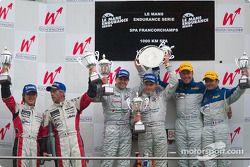 Podium : les vainqueurs Jamie Davies et Johnny Herbert, avec Seiji Ara et Rinaldo Capello, et Nicola