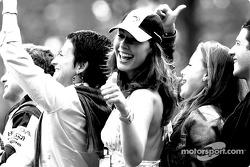 La compagne de Jenson Button Louise Griffiths fête son podium