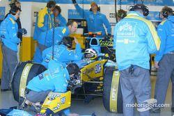 Jacques Villeneuve ve Renault F1 takım elemanları get ready for day ahead