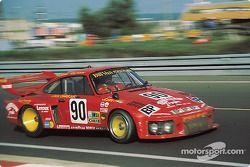 Dick Barbour pilote sa Porsche 935 dans la courbe Dunlop