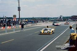 #2 Renault Sport Renault-Alpine A442B: Didier Pironi, Jean-Pierre Jaussaud, toma la bandera a cuadros.