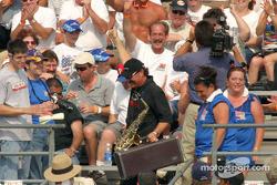 Gary Scelzi est allé dans la foule pour jouer de son saxophone
