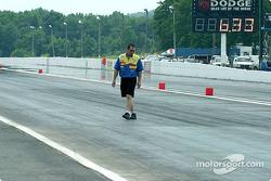Greg Anderson inspecte la transition entre le ciment et l'asphalte, et il n'apprécie pas ce qu'il vo