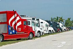 Les camions attendent de pouvoir entrer dans le Miami-Homestead Speedway
