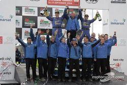Podium : les vainqueurs du rallye Petter Solberg et Phil Mills fêtent leur victoire avec le Subaru World Rally Team