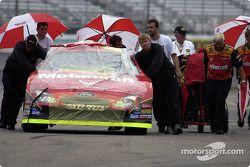 L'équipe de Ricky Rudd pousse sa voiture pour les qualifications alors que la pluie commence à tomber