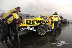 L'équipe de Matt Kenseth pousse sa voiture jusqu'au garage