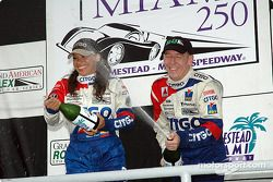 Podium DP : champagne pour Milka Duno et Andy Wallace