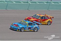 La Porsche GT3 RS n°66 The Racers Group : Ian James, RJ Valentine, Chris Gleason, et la BMW M3 n°98