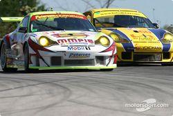 La Porsche 911 GT3 RSR n°31 White Lightning Racing : Craig Stanton, David Murry, Michael Petersen, et la Porsche 911 GT3 RS n°60 PK Sport : Ian Donaldson, Piers Masarati, Liz Halliday
