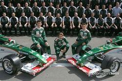 Mark Webber, Björn Wirdheim, Christian Klien und Jaguar-Teammitglieder