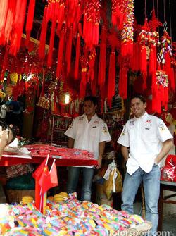 Giancarlo Fisichella et Felipe Massa visitent un marché chinois