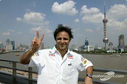 Giancarlo Fisichella et Felipe Massa marchent le long de la Bund