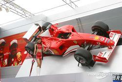 Chica de la parrilla de Ferrari