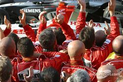 Los miembros del equipo Ferrari celebran la victoria