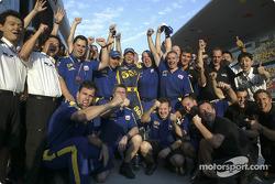 Los miembros del equipo BAR Honda y Jenson Button celebran segundo lugar final