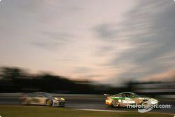 La Porsche 911 GT3 RSR n°66 The Racers Group : Patrick Long, Cort Wagner, Mike Rockenfeller, et la Porsche 911 GT3 RS n°8 Comprent Motor Sports : Michael Cawley, Andrew Davis, Charles Espenlaub