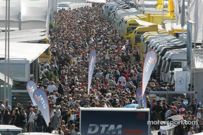 Fans im Fahrerlager in Hockenheim