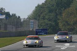 La Porsche 911 GT3 RS n°78 J-3 Racing : Manuel Matos, Randy Wars, Rick Skelton, et la Porsche 911 GT3 RSR n°45 Flying Lizard Motorsports : Johannes van Overbeek, Darren Law, Patrick Huisman