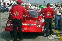 L'équipe DEI pousse la voiture vers l'inspection technique