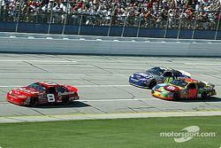 Dale Earnhardt Jr. devant Jimmie Johnson et Elliott Sadler