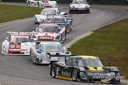 La Pontiac Riley n°10 SunTrust Racing : Wayne Taylor, Max Angelelli devant le peloton