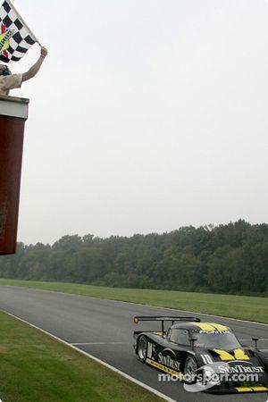 #10 SunTrust Racing Pontiac Riley: Wayne Taylor, Max Angelelli takes the checkered flag