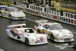 En la salida, el #71 Dick Barbour Racing Porsche 935 K3: Bobby Rahal, Bob Garretson, Allan Moffat, #1 André Chevalley Racing ACR Longines Ford: Patrick Gaillard, Francois Trisconi, André Chevalley