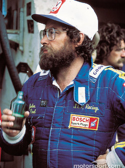 John Paul profite d'une bière après la course