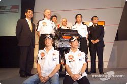 Honda Racing basın toplantısı: Ken Hashimoto, Takeo Kiuchi, Takuma Sato, Jenson Button, Geoff Willis