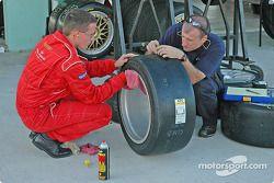 Les mécaniciens préparent les roues