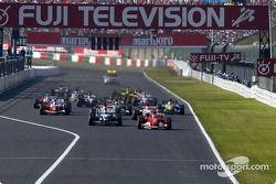 Старт: впереди Михаэль Шумахер, Ferrari , и Ральф Шумахер, Williams