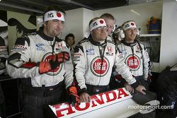 Los miembros del equipo BAR Honda ven la clasificación