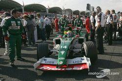 Mark Webber llega a la parrilla de salida