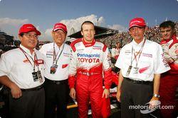 Miembros en la parrilla de salida del equipo de Olivier Panis con Presidente de Toyota Fujio Cho y T