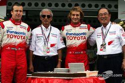 Olivier Panis commemorates final Grand Prix ve Akihiko Saito, Jarno Trulli ve Toyota Başkanı Fujio C