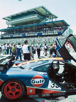 Startaufstellung: Gulf McLaren und Blimp