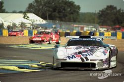 La Porsche 911 GT1 n°25 Porsche AG : Hans-Joachim Stuck, Thierry Boutsen, Bob Wollek
