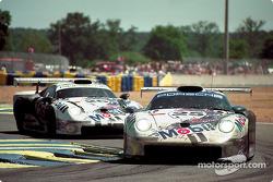 #25 Porsche AG Porsche 911 GT1: Ханс Штук, Тьєррі Бутсен, Боб Воллек, #26 Porsche AG Porsche 911 GT1: Карл Вендлінгер, Яннік Далмас, Скотт Гудйер