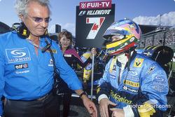 Flavio Briatore y Jacques Villeneuve en la parrilla de salida