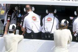 Takuma Sato y Jenson Button en el muro de pits