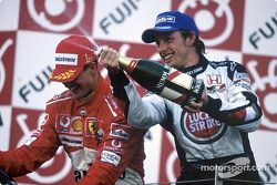 Podio: champagne para Michael Schumacher y Jenson Button