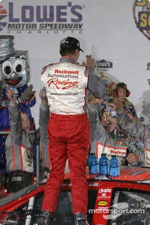 Le vainqueur Mike Bliss fête sa victoire avec son équipe