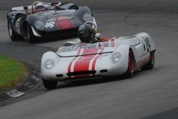 #24- Doc Bundy (USRRC) Lotus 23b en Archie Urciuoli Lola T-70 Spyder.