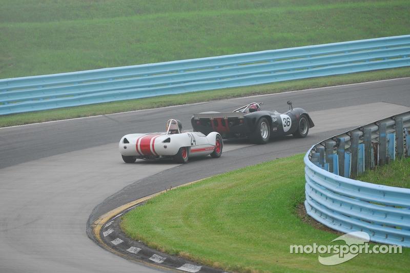 Archie Urciuoli Lola T-70 Spyder. En Doc Bundy Lotus 23B zijn in gevecht.