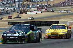 Carl Edwards, Roush Fenway Racing Ford et Clint Bowyer, Richard Childress Racing Chevrolet