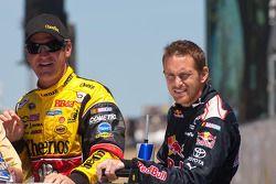 Clint Bowyer, Richard Childress Racing Chevrolet et Scott Speed, Red Bull Racing Team Toyota